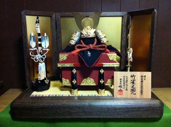 五月人形・兜平台飾りセット---奈良春日大社 国宝竹雀金物赤糸威大鎧模写兜