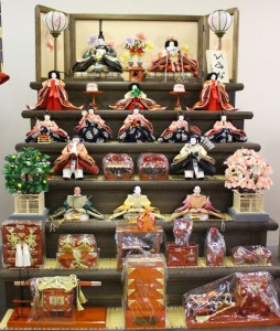 人形のまち岩槻 小木人形衣装着焼桐仕様七段飾りのおひなさま 豪華なタイプ