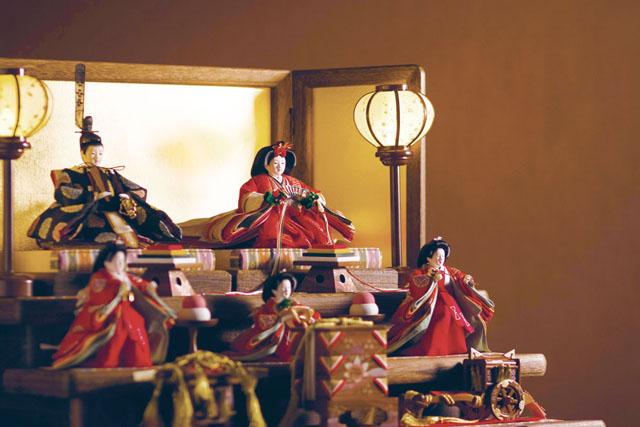 雛人形の飾り段・屏風は焼桐仕様が人気です。